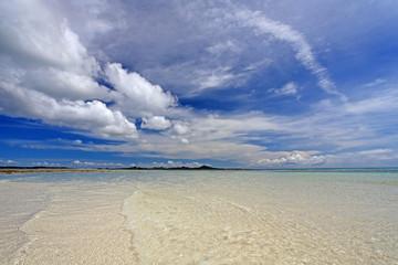 伊平屋島の澄んだ海と白い雲