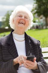 Oma mit smartphone