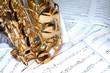 Saxophon stehend auf Noten