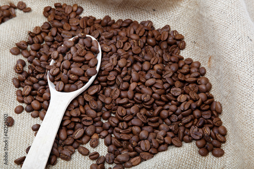 ziarna-kawy-i-drewniana-lyzka-na-zwolnieniu