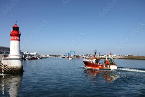 phare et port de pêche du guilvinec,bretagne,chalutier