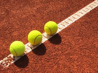 Tennisplatz Linie mit 3 Tennisbällen 33