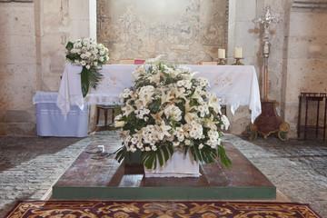 Altar de la Iglesia adornado para una boda