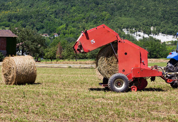Machine for bales of hay