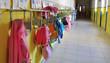 Leinwanddruck Bild - Grembiuli in corridoio di scuola materna