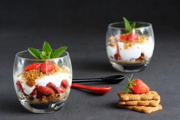 Verrines de fraises aux spéculoos fond noir 3