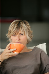 woman drinking tee on the couch
