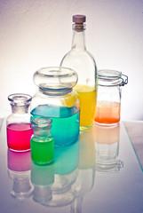 бутылки с разноцветной жидкостью