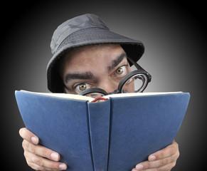 Enfrascado en la lectura.