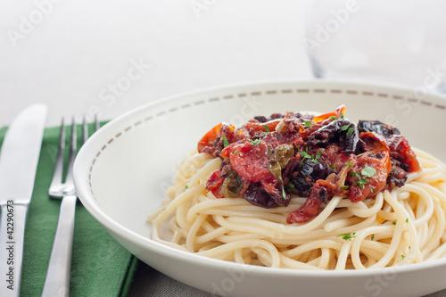 plato de espaguetis a la putanesca