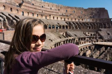 fillette dans le Colisée
