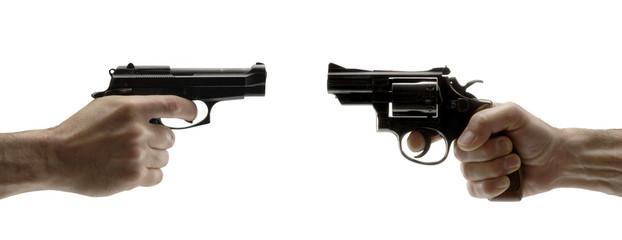 Apuntando un arma,sujetando pistolas.