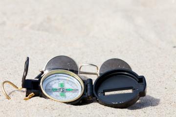 Mit dem Kompass auf Schatzsuche in der Wüste