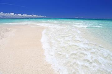 ナガンヌ島の美しいビーチに打ち寄せる白い波
