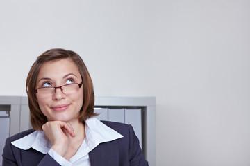 Geschäftsfrau schaut nachdenklich