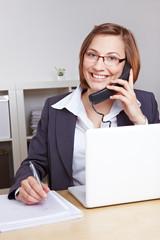 Lächelnde Geschäftsfrau am Telefon