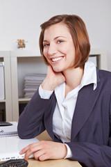 Lachende Chefin im Büro