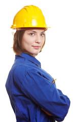 Frau im Blaumann mit Schutzhelm