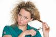 frustrierte frau schneidet sich die haare ab