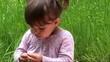 dziewczynk na pikniku w lesie