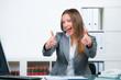 erfolgreiche geschäftsfrau zeigt begeistert mit den fingern