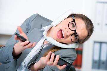 frau führt mehrere telefongespräche gleichzeitig