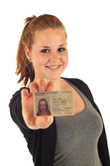 Frau mit Ausweis 5.12