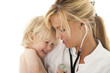 Ärztin tröstet Kind
