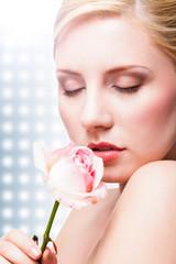 junge blonde Frau mit Rose