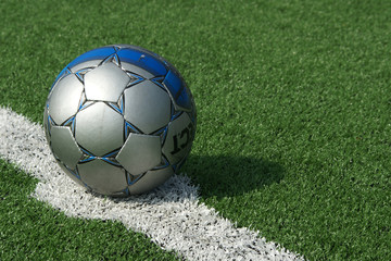 Fußball auf dem Anstoßpunkt (Kunstrasen)