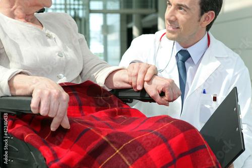 lekarz-z-starsza-kobieta-na-wozku-inwalidzkim