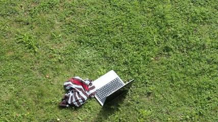 Kind geht vom Laptop weg