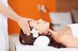 schöne frau entspannt bei einer massage