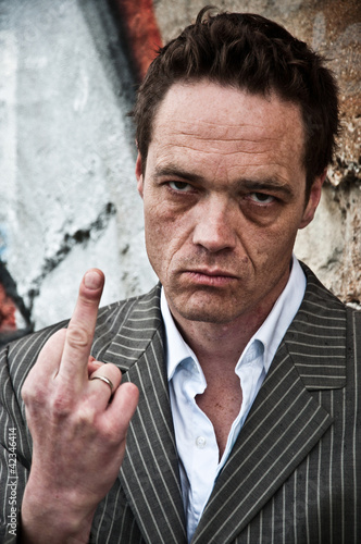 homme faisant un doigt d'honneur