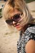 jeune femme blonde  et lunettes de soleil
