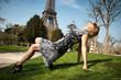 jeune femme blonde devant la tour Eiffel à Paris