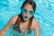 jeune fille jouant dans piscine