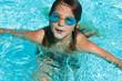 Enfant jouant dans piscine