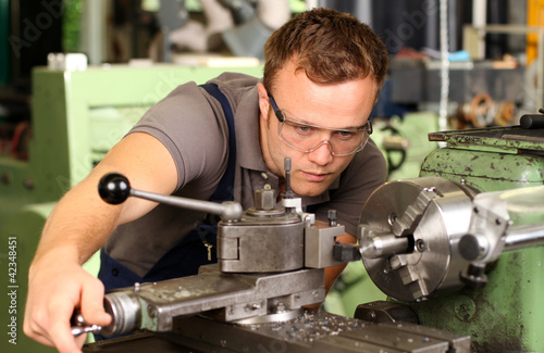 Industriemechaniker bei der Arbeit - 42348451