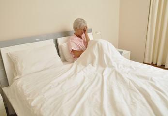 Seniorin im Bett mit Depressionen