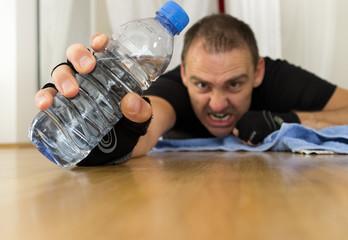 mann mit wasserflasche beim training