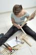Frau montiert ein Möbelstück zusammen