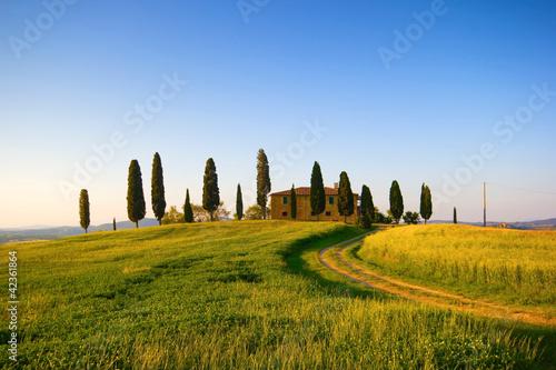 Villa in Toscana con cipressi