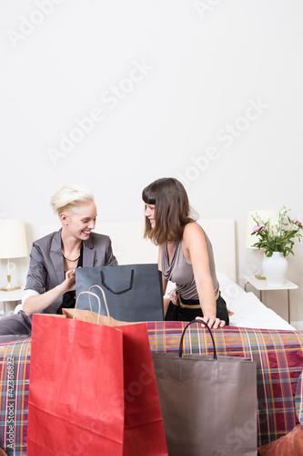 Junge Frauen nach dem Einkaufen