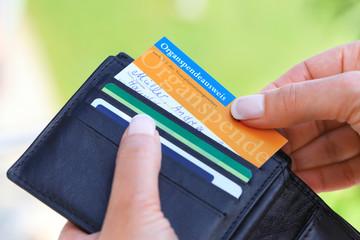 Frau zieht Organspendeausweis aus Portemonnaie