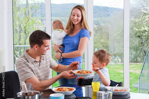 Junge Familie beim Essen