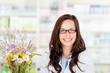 lächelnde apothekerin mit wiesenblumen