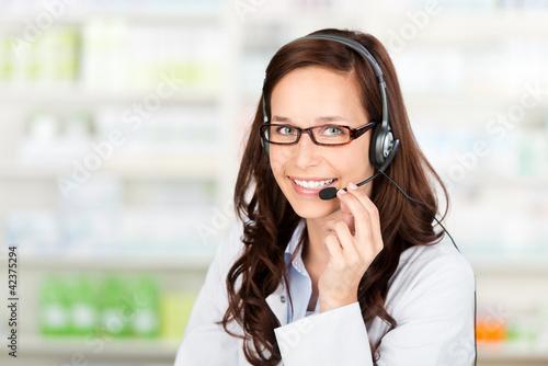 lächelnde apothekerin mit headset