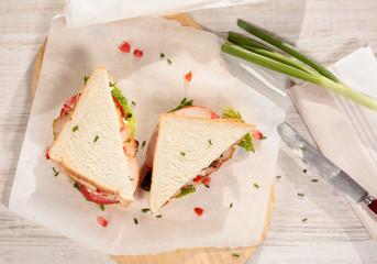 Sandwich mit Putenbrust Salat und Tomate