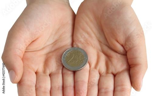 mani con moneta da 2 euro su sfondo bianco